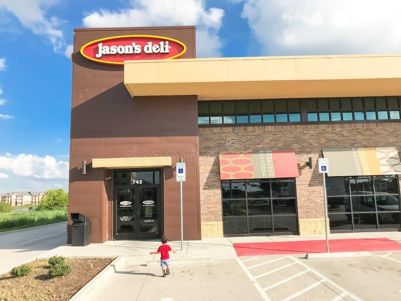 Клиент входит сеть ресторанов гастронома Джейсона в Lewisville, Техас, стоковые фотографии rf