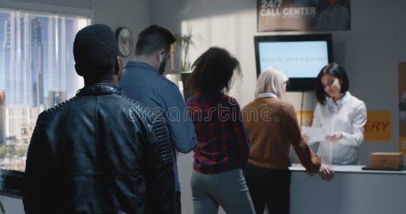 Клиент жалуясь об обслуживании в центре доставки стоковое изображение rf