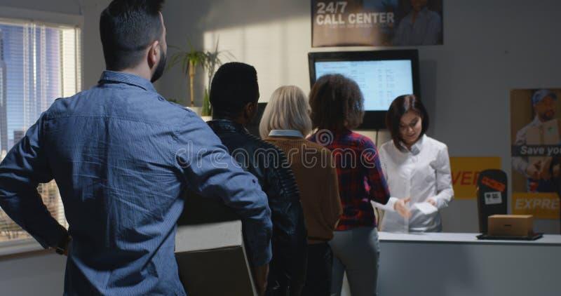 Клиент жалуясь о медленном обслуживании в центре доставки стоковое фото rf