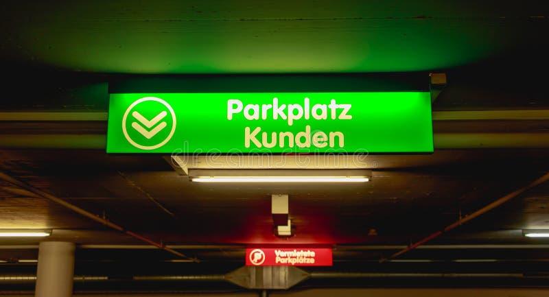 Клиент паркуя немецкий яркий ый-зелен знак стоковые изображения