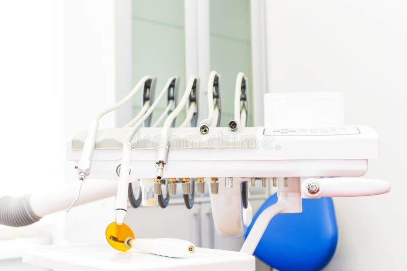 клиника зубоврачебная Прием, рассмотрение пациента Забота зубов Конец-вверх современного зубоврачебного оборудования стоковые изображения