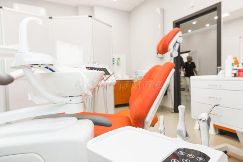 клиника зубоврачебная Прием, рассмотрение пациента Забота зубов Конец-вверх современного зубоврачебного оборудования стоковые изображения rf