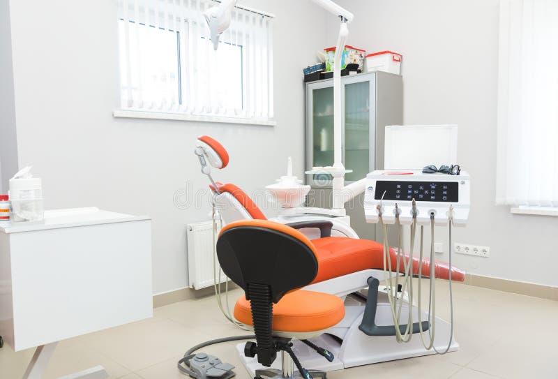 клиника зубоврачебная Прием, рассмотрение пациента Забота зубов Современный интерьер зубоврачебной клиники стоковое изображение