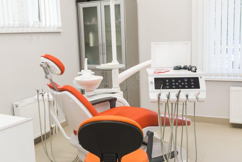 клиника зубоврачебная Прием, рассмотрение пациента Забота зубов Современный интерьер зубоврачебной клиники стоковые изображения rf