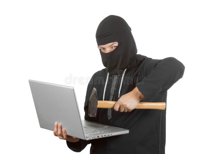 Клобук уголовного хакера женщины нося дальше в черных одеждах и Balac стоковые фотографии rf