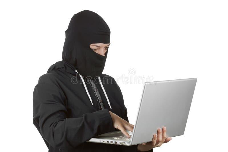 Клобук уголовного хакера женщины нося дальше в черных одеждах и Balac стоковая фотография rf