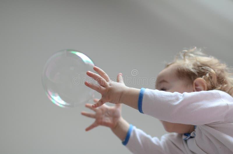 клокочет девушка играя мыло стоковые фото