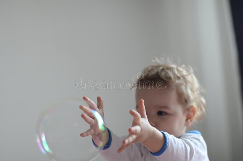 клокочет девушка играя мыло стоковая фотография rf