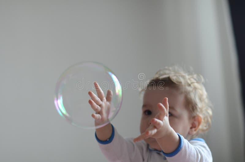 клокочет девушка играя мыло стоковые фотографии rf