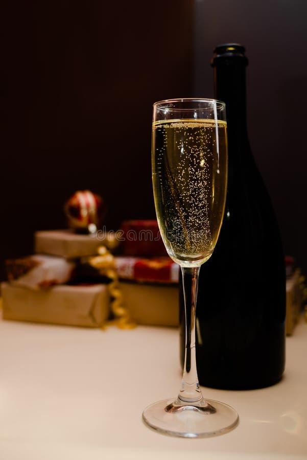 клокочет стекло Стекло shampagne рождества с настоящими моментами на заднем плане стоковые фото