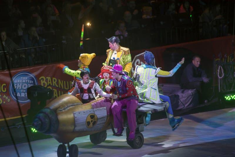 Клоуны выполняют на Barclays в Бруклине во время Ringling Bros Circ стоковые изображения rf