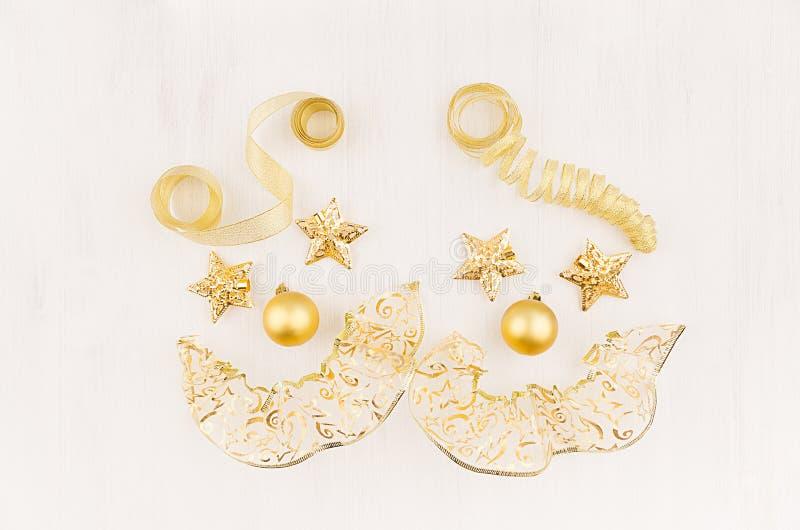Клоуны стороны потехи золота играют главные роли, шарики, ленты скручиваемости на мягкой белой деревянной доске стоковые фото