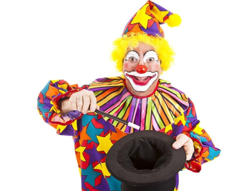 клоун делает изолированная волшебная выходка стоковое фото