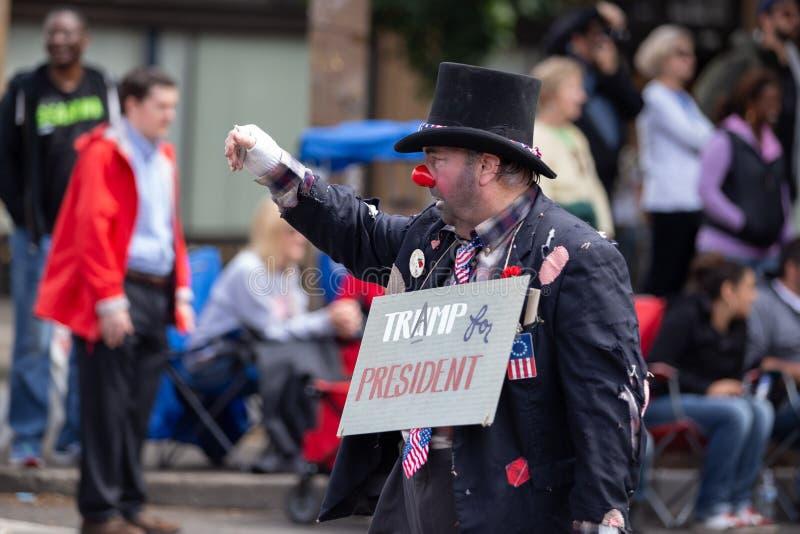 Клоун с плакатом анти--козыря стоковые фото