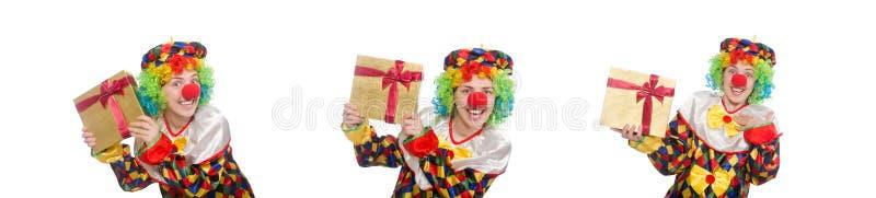Клоун с giftbox изолированным на белизне стоковое изображение rf