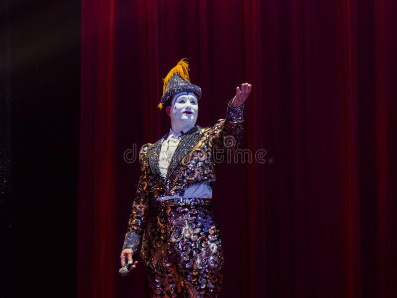 Клоун цирка объявляя следующий поступок стоковая фотография
