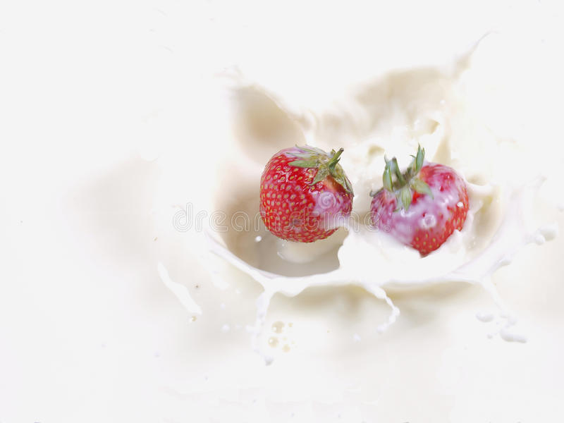 клубника выплеска молока стоковые изображения
