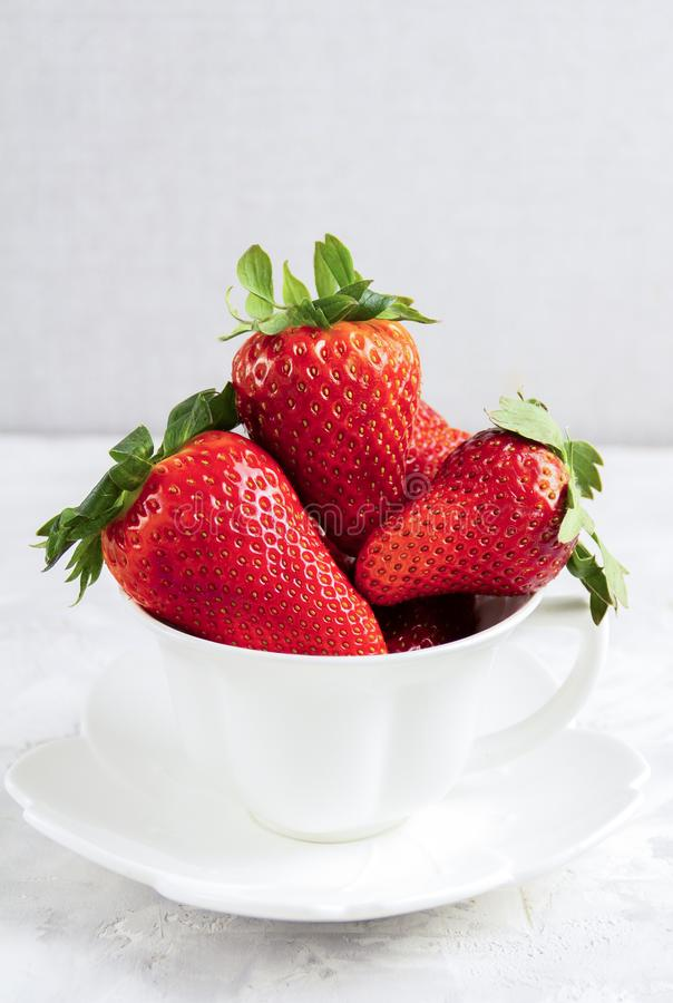 Клубника в белой чашке Ягода весны Десерт сырцовый стоковые изображения rf