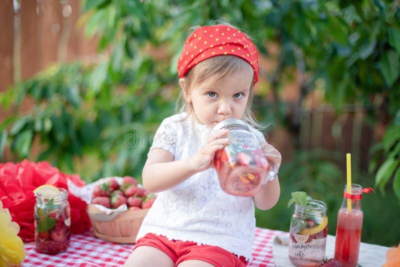 Клубника и настоянная мятой вода вытрезвителя лимонад клубники с льдом и мятой как освежающий напиток лета в опарниках Холодная н стоковые фото