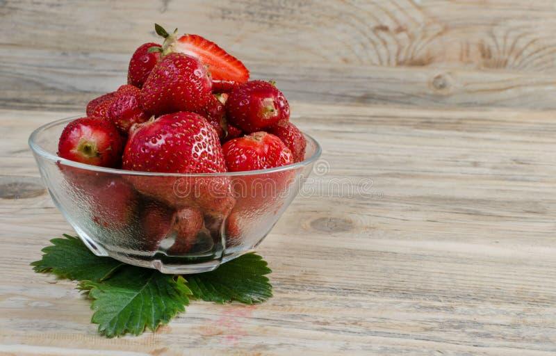 Клубника красивая красная клубника на деревянной предпосылке стоковые фото