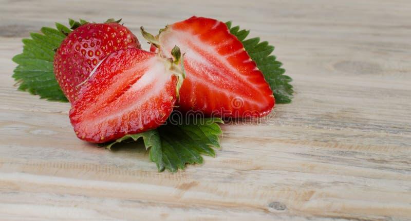 Клубника красивая красная клубника на деревянной предпосылке стоковое фото