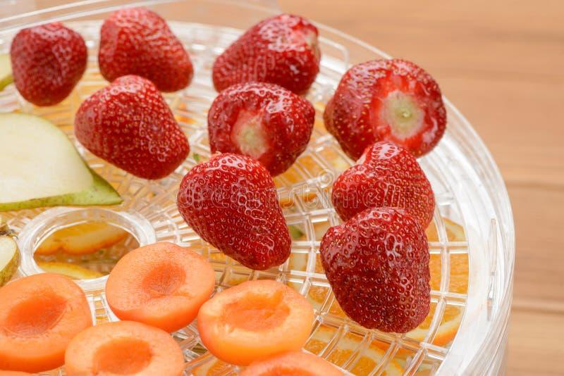 Клубники, абрикос и груша стоковая фотография rf
