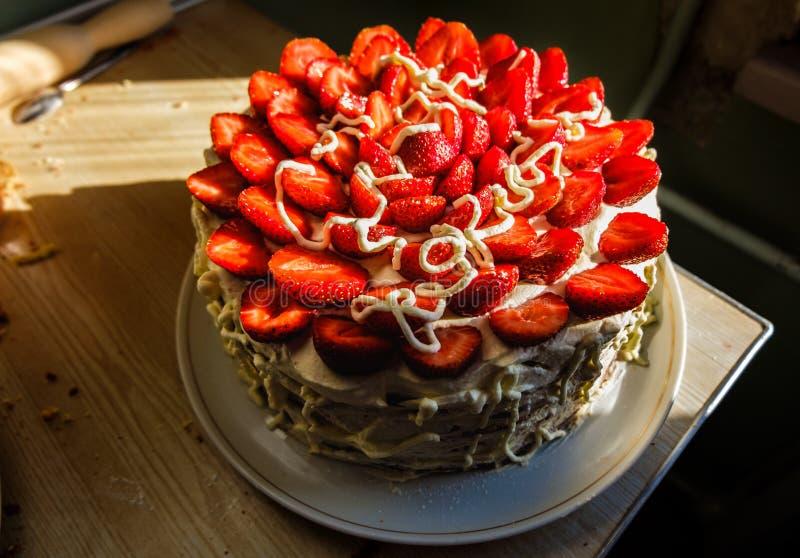 Клубники и взбитое очень вкусное торта сливк домодельное стоковая фотография
