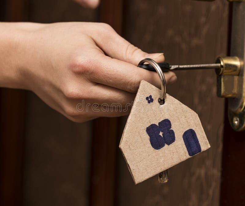Ключевая покупка маклера дома дома ренты недвижимости двери стоковое изображение