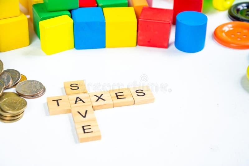 Ключевое слово Save and tax на блоке wood стоковое изображение rf