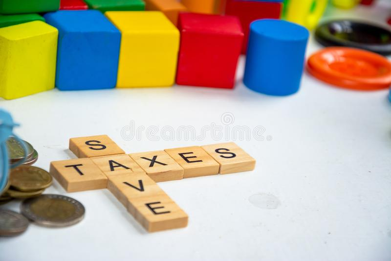 Ключевое слово Save and tax на блоке wood стоковые изображения rf