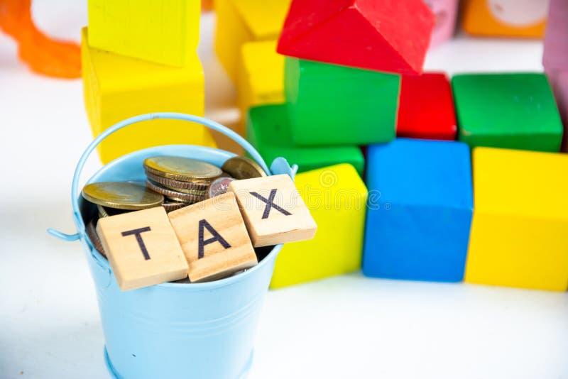 Ключевое слово Save and tax на блоке wood стоковая фотография
