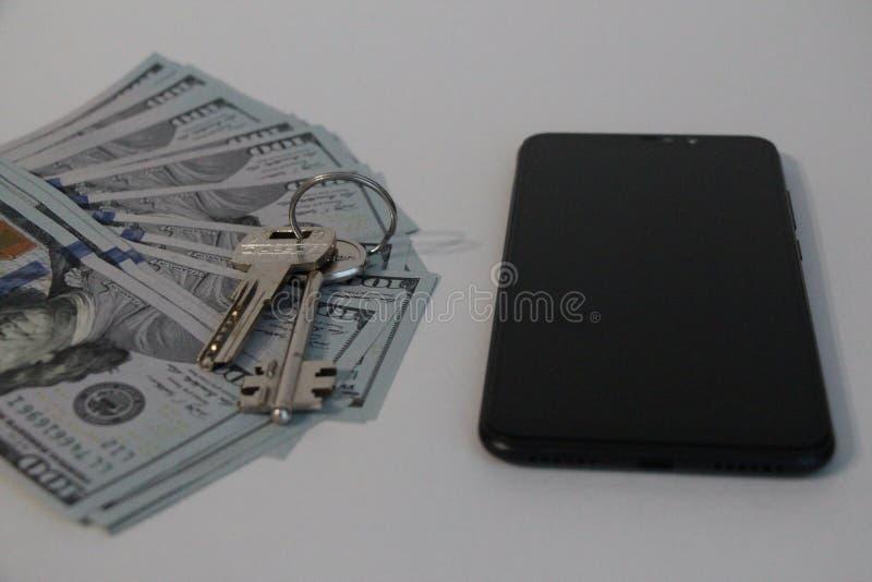 Ключи, деньги и мобильный телефон стоковые изображения rf