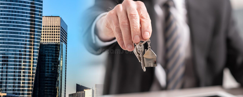 Ключи дома агента по продаже недвижимости предлагая; множественная выдержка стоковые изображения rf