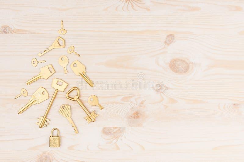 Ключи золота потехи винтажные как рождественская елка на мягкой бежевой деревянной предпосылке, космосе экземпляра стоковое изображение