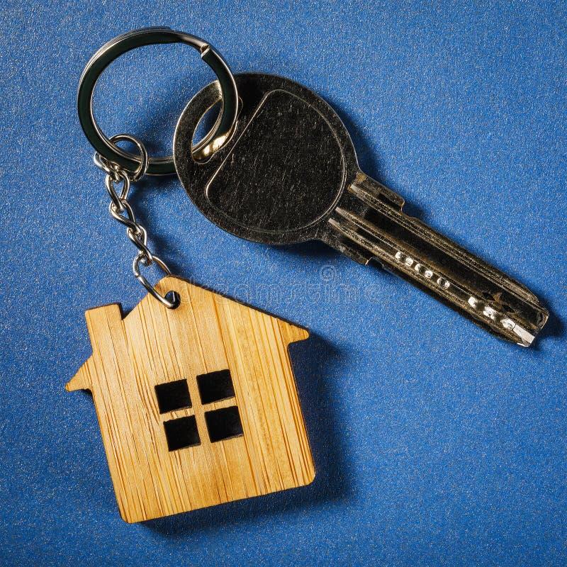 Ключи квартиры с ключом обманывают на покрашенной предпосылке стоковые изображения rf