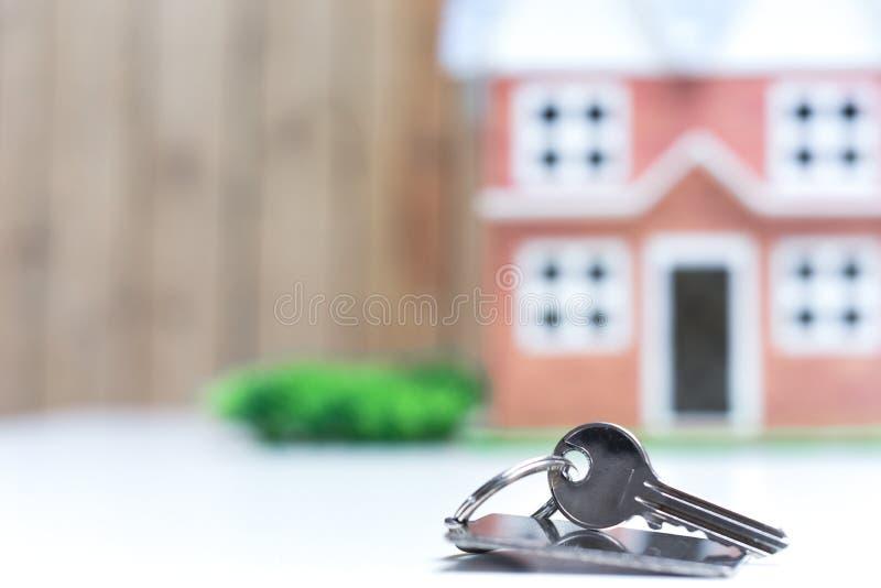 Ключи к новому дому, концу вверх установили ключей перед домом стоковые фото