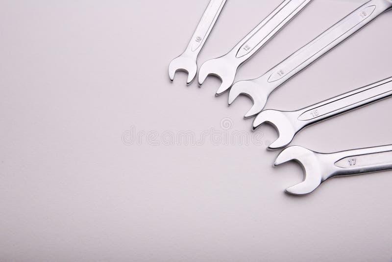 Ключи лежат на белой предпосылке в полуокружности сбоку стоковое изображение rf