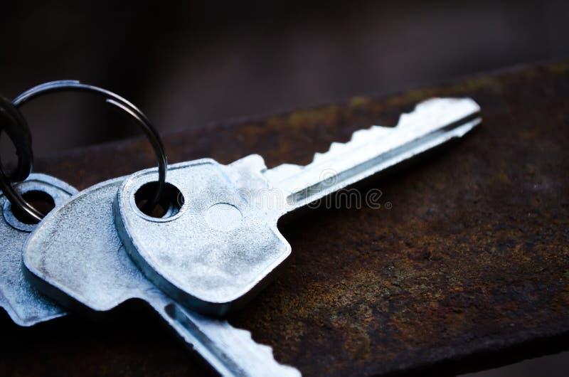 Ключи на ржавом металле Ключи пук пользуется ключом белизна Ключи к квартире стоковые изображения rf