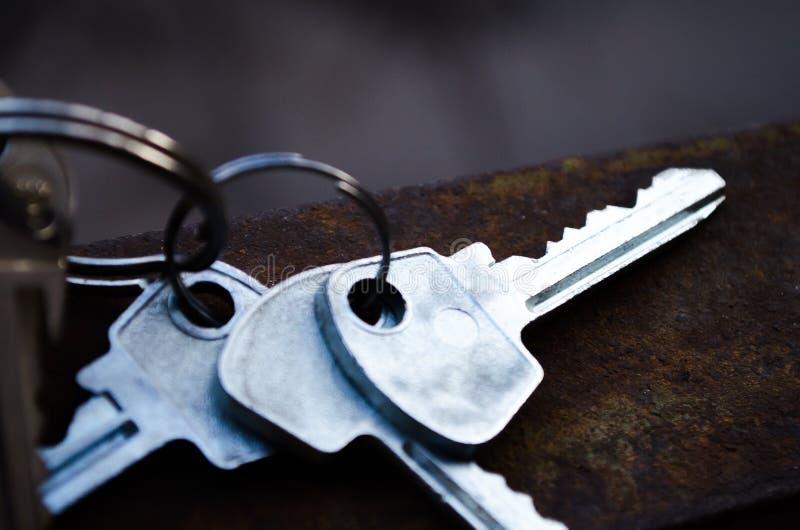 Ключи на ржавом металле Ключи пук пользуется ключом белизна Ключи к квартире стоковое фото