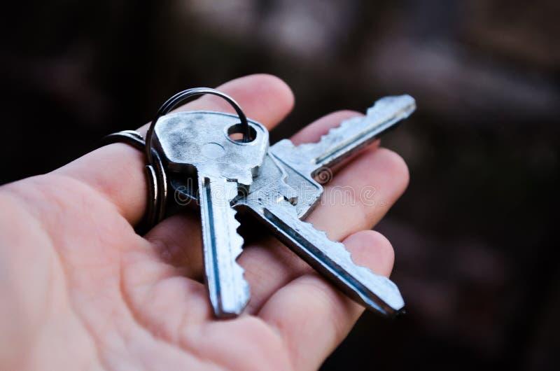 Ключи образовывают ключей Ключ в руке Фотография для вебсайтов о продаже квартир и домов, недвижимости Новый студень стоковая фотография