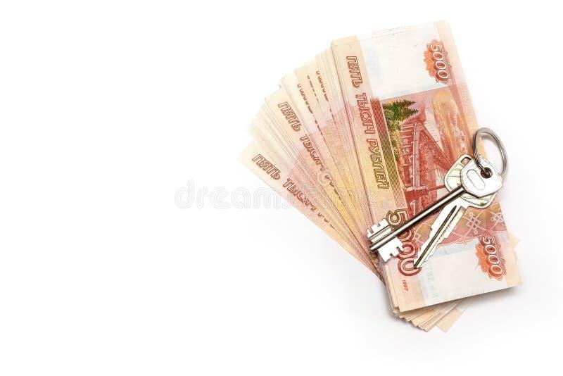 Ключи от дома на фоне российских денег Верность Концепция инвестирования денег стоковое фото rf