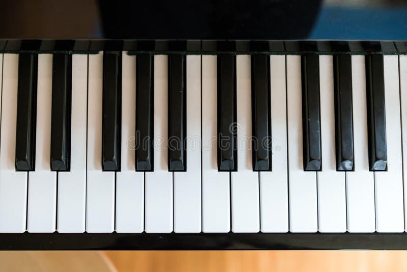 Ключи рояля, конец вверх по съемке стоковая фотография rf