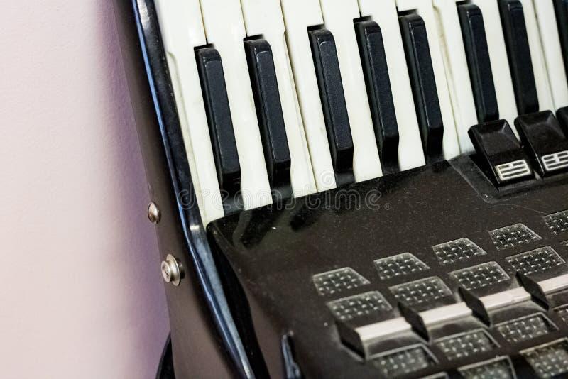 Ключи старого черного аккордеона стоковые фотографии rf