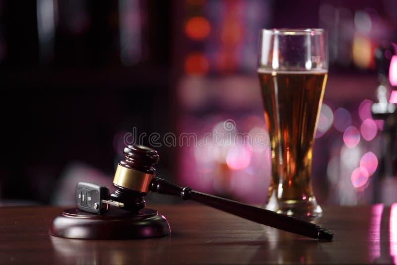 Ключ автомобиля на таблице рядом со стеклом пива выпивая управляя концепцией Концепция пьяного стоковые изображения