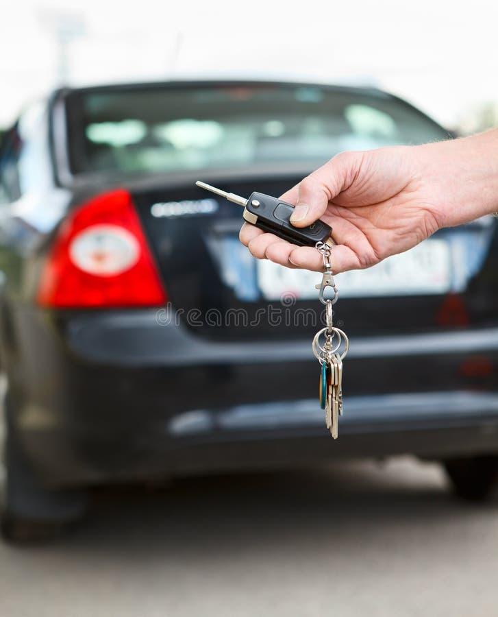 Ключ автомобиля с дистанционным управлением в руке стоковые изображения rf