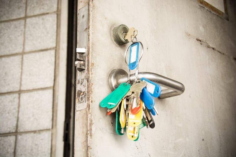 Ключ в двери входа стальной стоковые фотографии rf