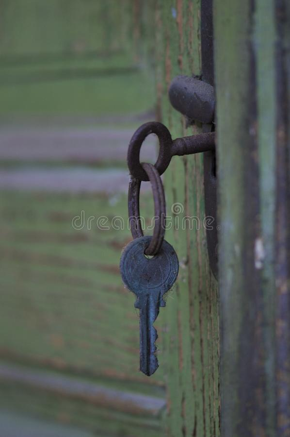 Ключ в пакостной двери стоковое фото