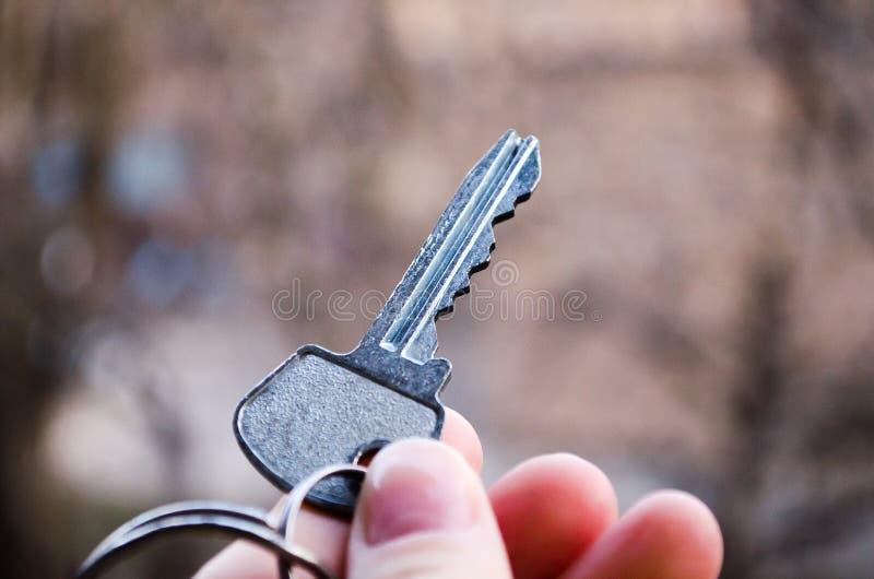ключ Ключ в руке Фотография для вебсайтов о продаже квартир и домов, недвижимости Новый студень стоковое фото