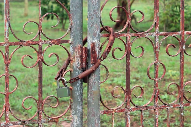 Ключ и цепь двери стоковая фотография rf
