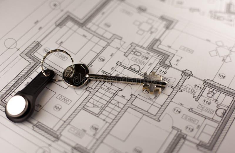 Ключ на плане дома Конец-вверх стоковые изображения